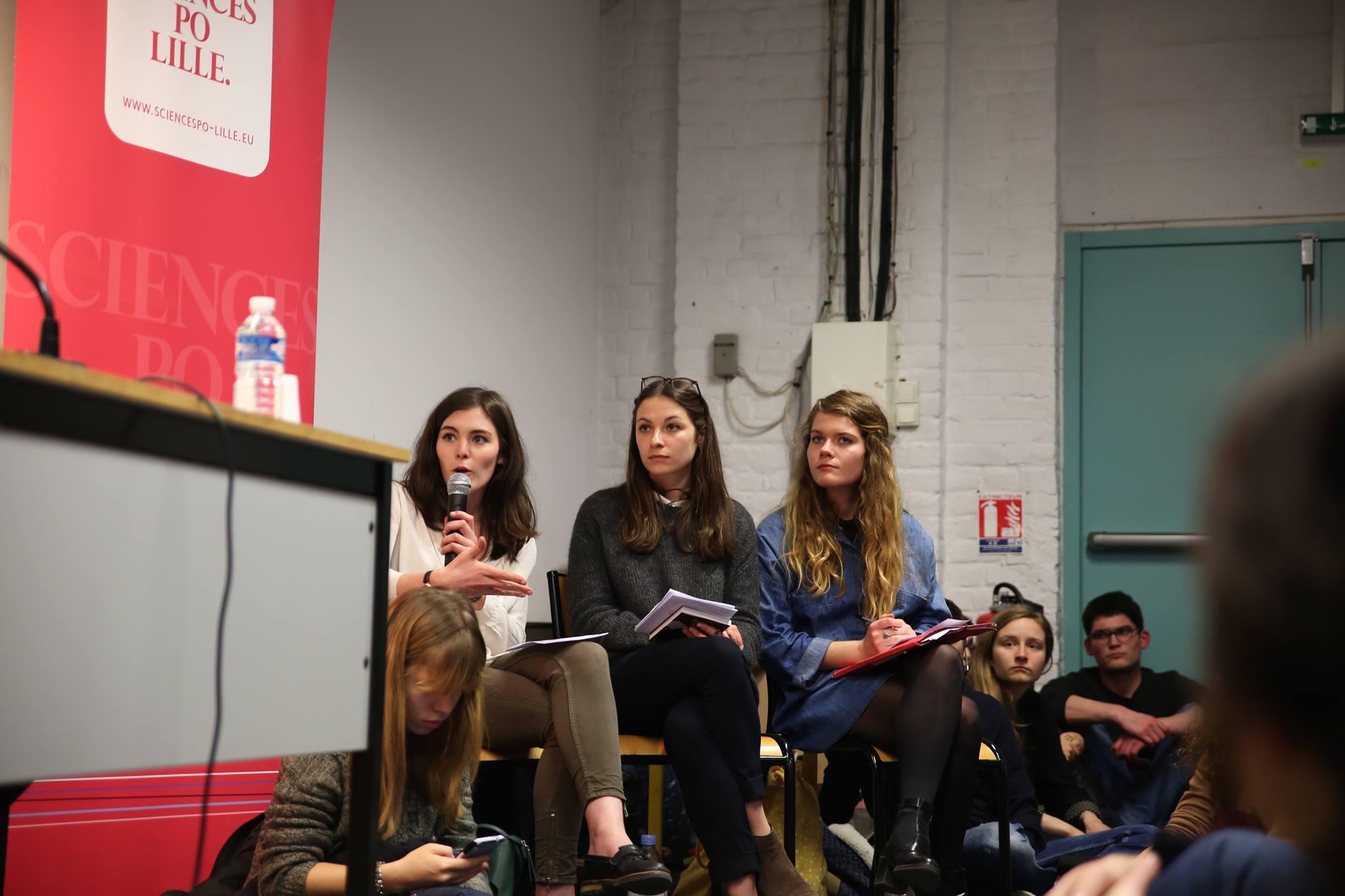 de gauche à droite : Méline, une bénévole de Réfu'job et Alice à la conférence organisée sur la médiatisation de la crise des migrants